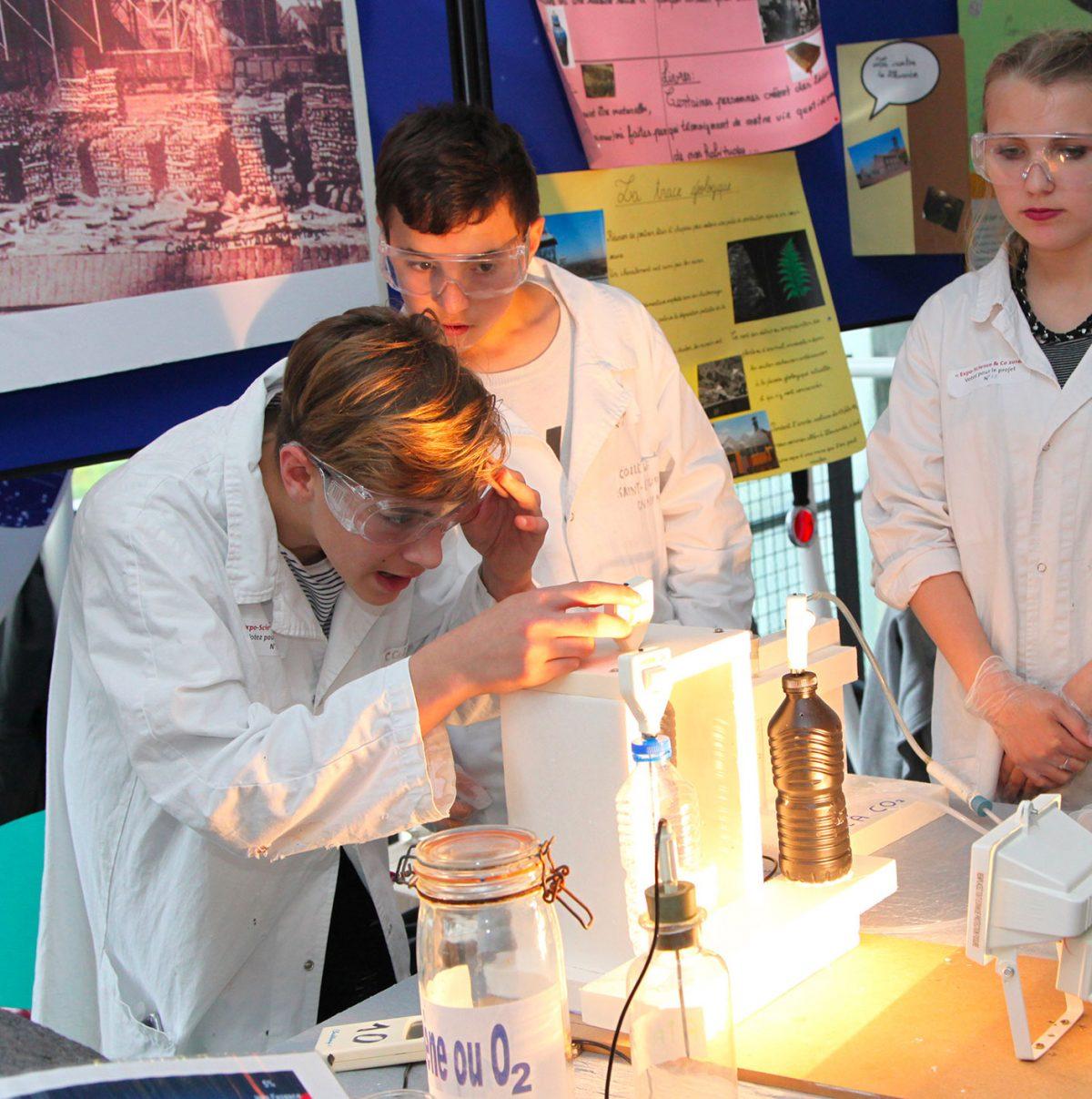 Visuel illustratif montrant 3 enfants dans un laboratoire.